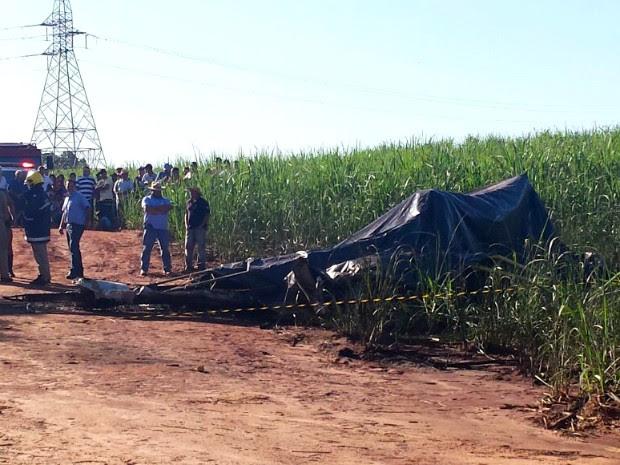 Avião agrícola caiu quando realizava um voo experimental (Foto: Artur Bernardi/ RPC TV Noroeste)