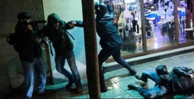 Un policía agrede a un periodista. Legal 15-M