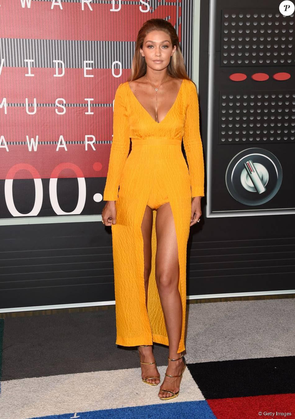 Gigi Hadid foi ao VMA 2015 usando um vestido amarelo Emilia Wickstead, que deixava suas pernas à mostra