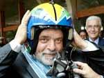 2003: Lula recebe um capacete do voo da Esquadrilha da Fumaça