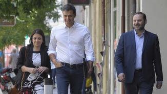 Pedro Sánchez, amb José Luis Ábalos i Adriana Lastra, aquest dimecres a les portes de Ferraz