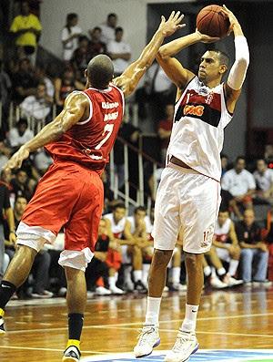 Marquinhos na partida de basquete do Flamengo contra o Paulistano (Foto: Alexandre Vidal / Fla Imagem)