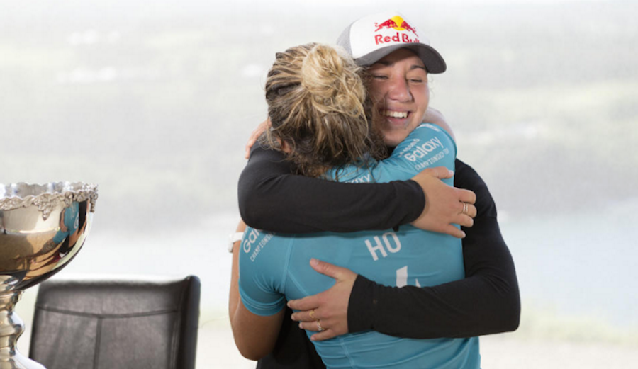 Coco Ho congratulating her fellow Hawaiian on the big win. WSL / Kelly Cestari