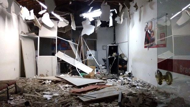 Em Pedro Velho, um dos alvos dos criminosos foi a agência do Bradesco. O prédio ficou parcialmente destruído com a força da explosão   (Foto: Divulgação/Polícia Militar)