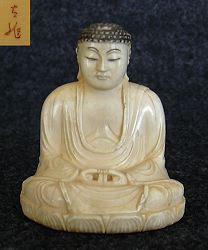 Ivory Okimono - بوذا الياباني (2 بوصات) - أوائل القرن العشرين موقعة من الفنان