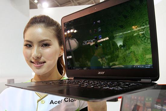 Acer Aspire S5 é exibido por modelo durante a Computex; computador tem 1,5 cm de espessura
