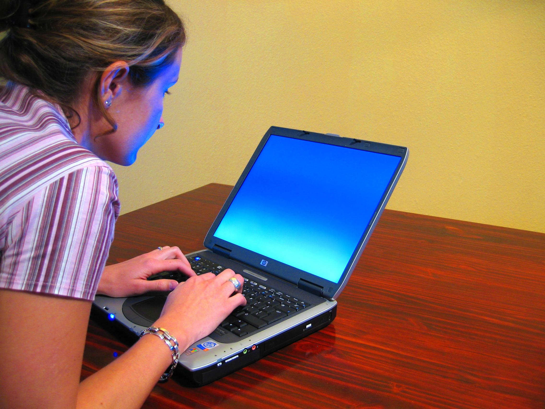 http://thedigitalprofessor.files.wordpress.com/2009/06/woman-typing-on-laptop.jpg