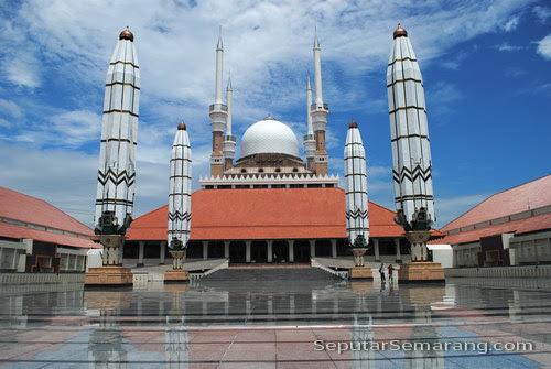 masjid dan payung elektrik