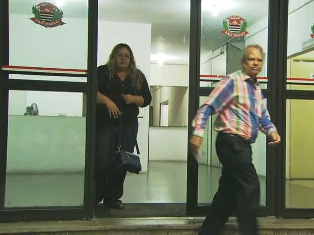 Mulher foi levada para a delegacia (Foto: TV Globo/Reprodução)