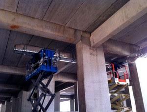 Instalação dos condicionadores de ar no Arena das Dunas (Foto: Jocaff Souza/Globoesporte)