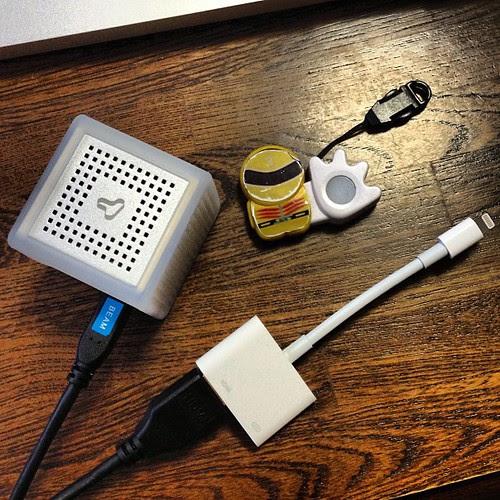 iOS端末とはこんな感じでHDMIコネクタを使って繋ぎます。