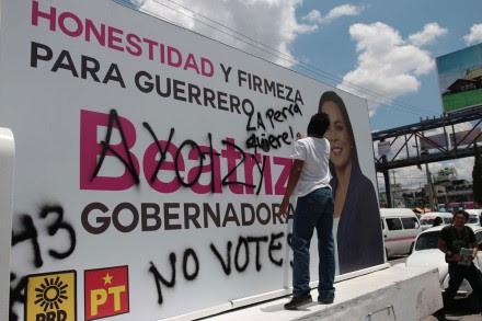 Normalistas vandalizan oficinas del INE en Guerrero. Foto: José Luis de la Cruz
