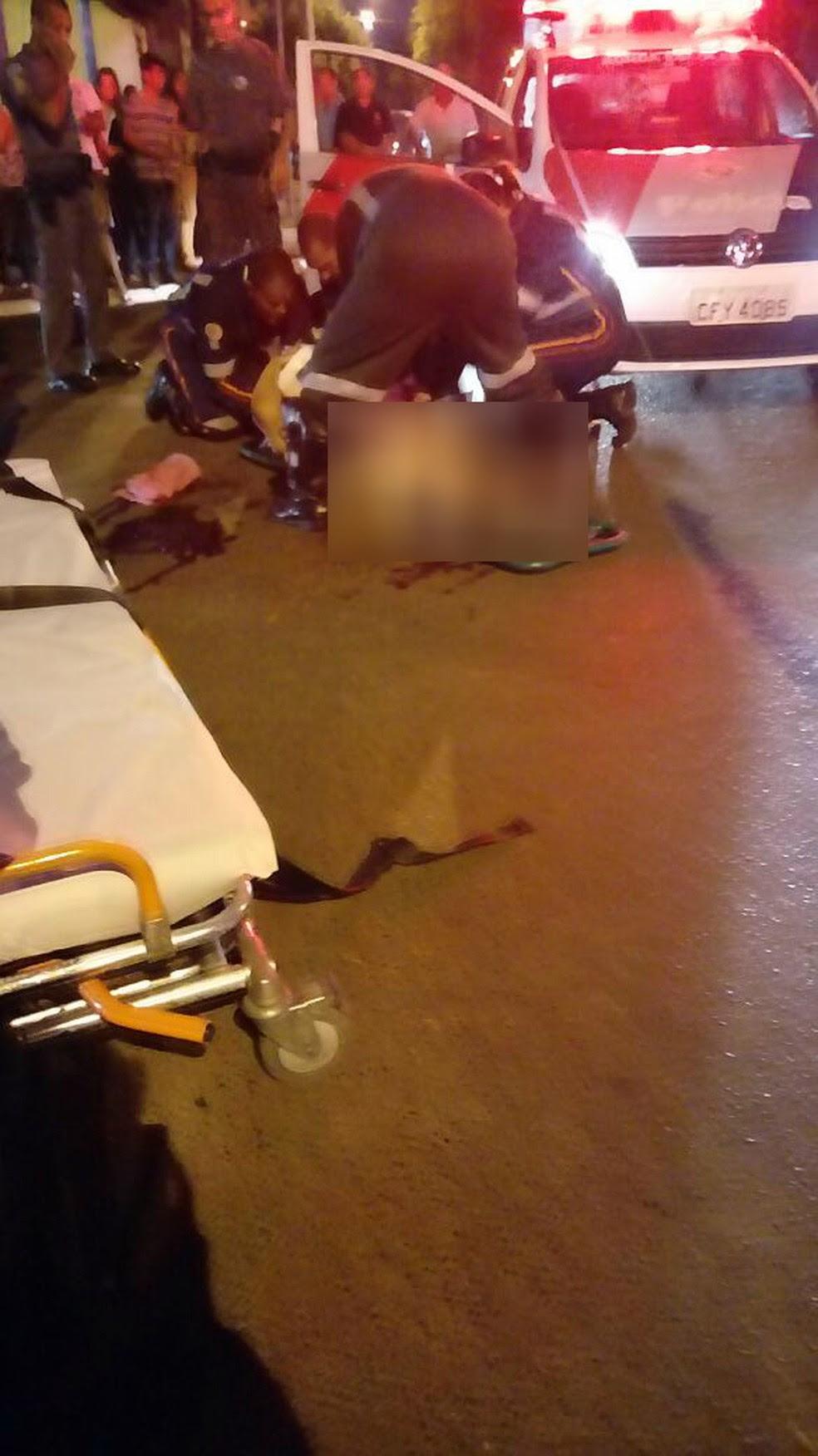 Vítima foi arrastada enquanto tentava sair do carro durante assalto em Serrana (SP) (Foto: Paulo Souza/EPTV)