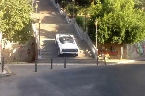 Perierga.gr - Ανέβηκε με ΙΧ 193 σκαλοπάτια με χαρακτηριστική ευκολία!