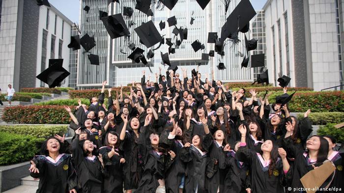 Universitäts-Absolventen in Hangzhou, China (picture-alliance/dpa)