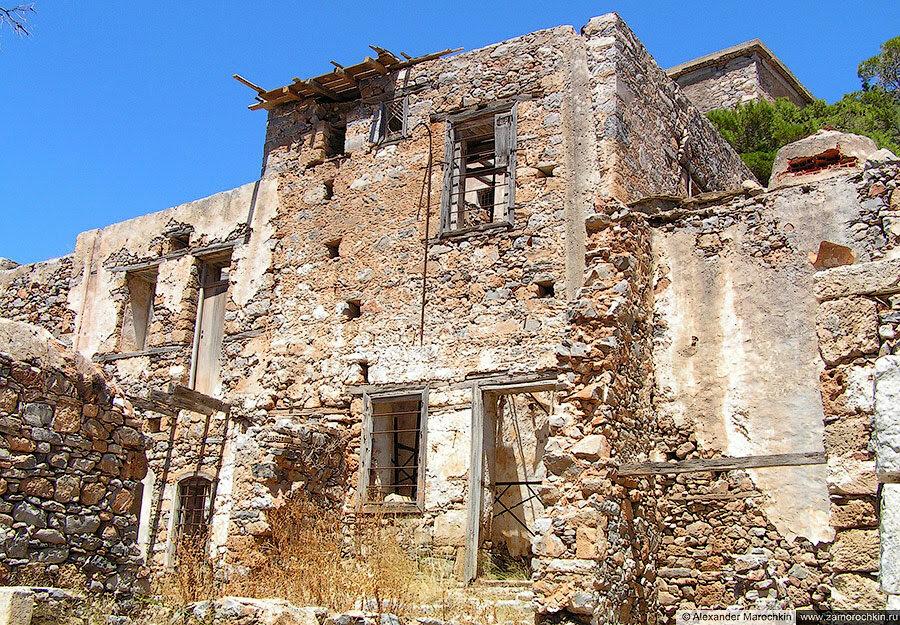 Разрушающиеся здание на острове Спиналонга, Греция