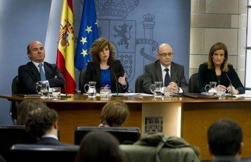 La vicepresidenta del Gobierno de España, Soraya Sáenz de Santamaría, anuncia junto a los ministros Guindos, Montoro y Báñez, despidos más baratos para crear empleo y para ganar competitividad