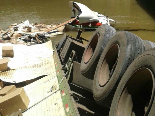 Caminhão caiu da ponte do Rio Potinga (Foto: Aline Aparecida Feijó)
