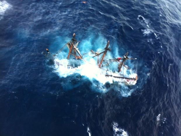 Navio afundou na costa da Carolina do Norte (Foto: AP/Petty Officer 2nd Class Tim Kuklewski/Guarda Costeira dos EUA)