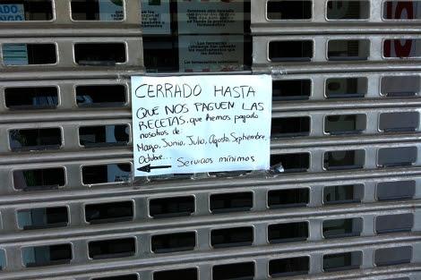 Una de las farmacias cerradas este lunes en Valencia. | D. Borrás