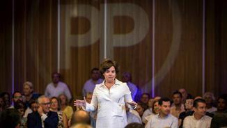 Soraya Sáenz de Santamaría durant un acte amb afiliats, a Cadis, aquest dilluns (EFE)