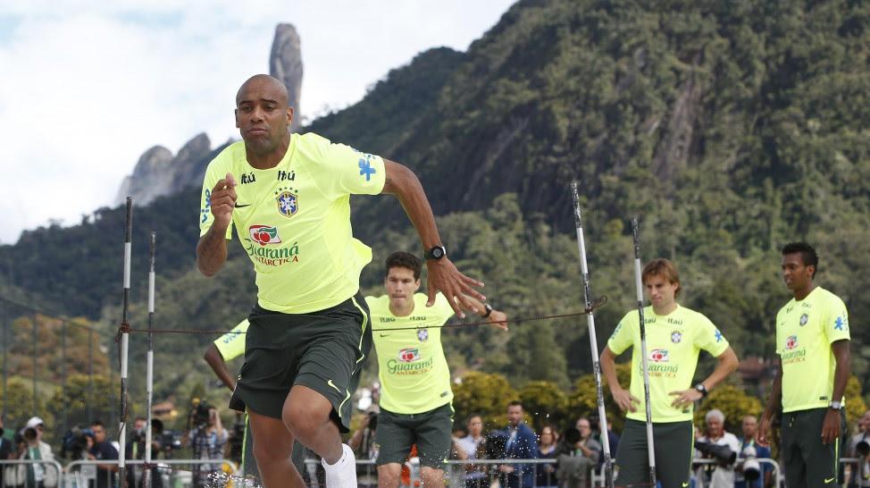 Maicon é alternativa para o lugar de Daniel Alves (Foto: Divulgação/CBF)