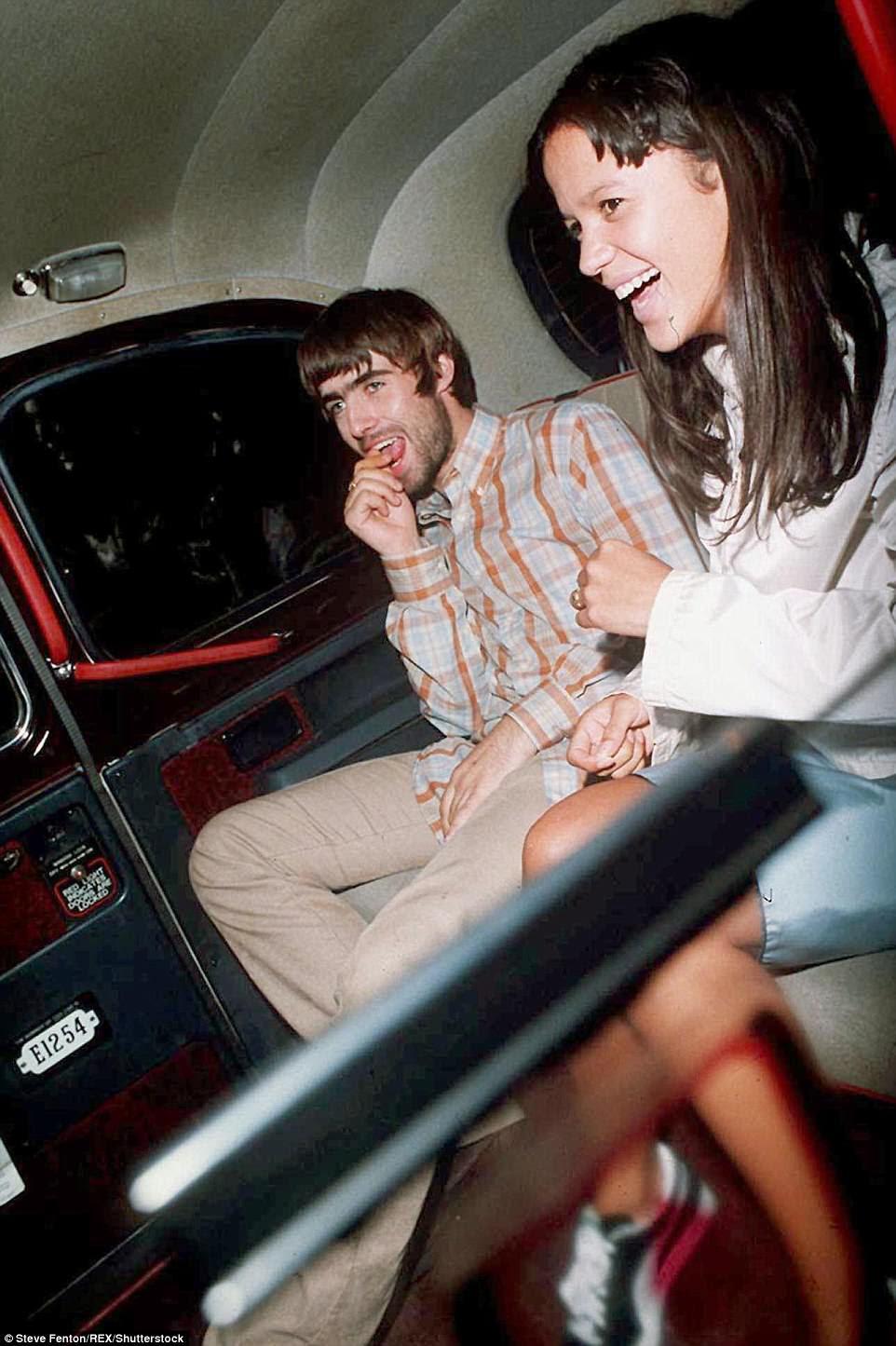 Em momentos mais felizes: Liam e Lisa foram retratadas deixando o restaurante Brown juntos em Londres em 1995
