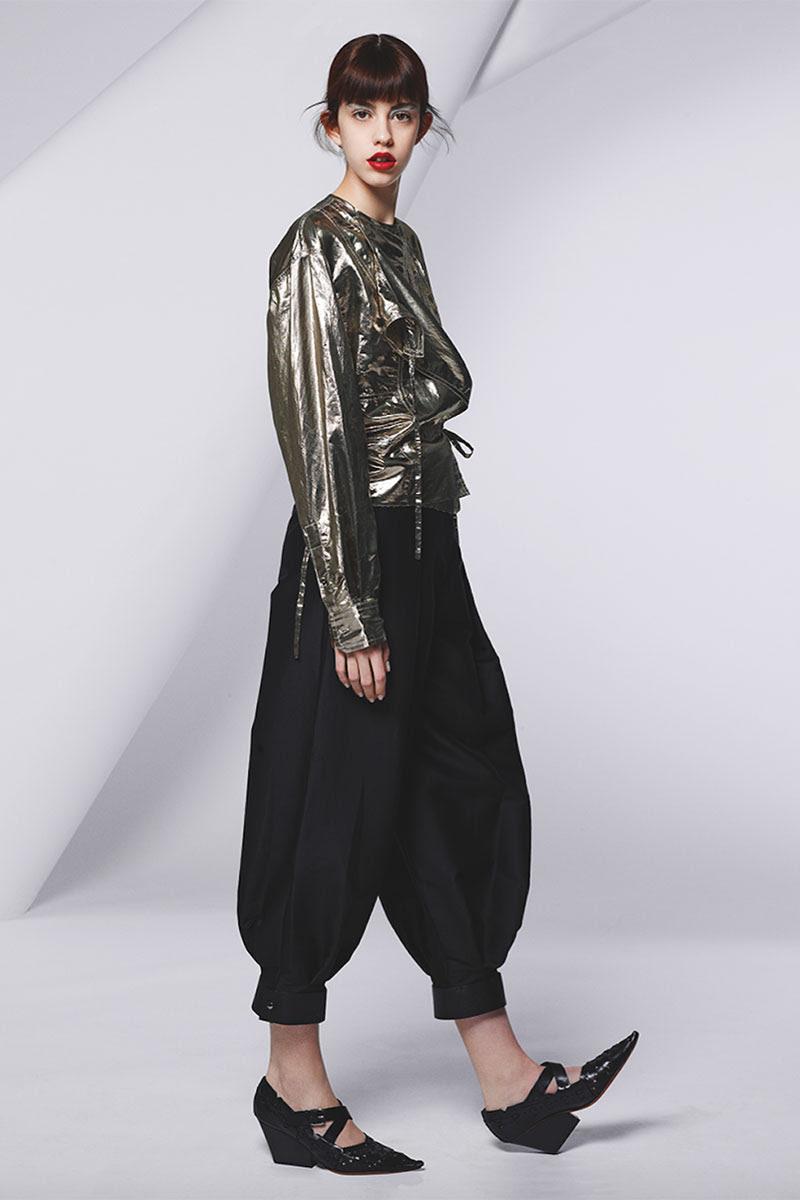 Chaqueta metalizada de lamé (720€) y pantalón (304€), ambos de ISABEL MARANT; y zapatos de piel de becerro de CÉLINE (920€).