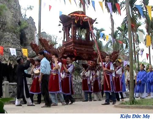 Cuộc rước bắt đầu vào chiều tối với thánh giá dẫn đầu. Nguồn: hdgmvietnam.org