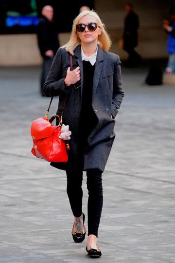 Fearne Cotton con bolso rojo - TELVA