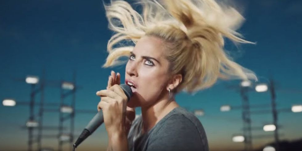 "Público frenético assiste ao show de Rock da Gaga no clipe de ""Perfect Illusion""!"
