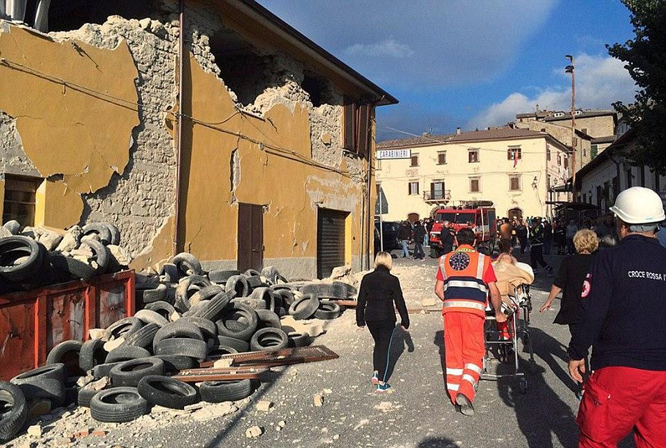 A pilha empilhados ordenadamente de pneus fora de uma garagem em Accumoli (em cima) agora estão espalhados em toda a estrada (em baixo)