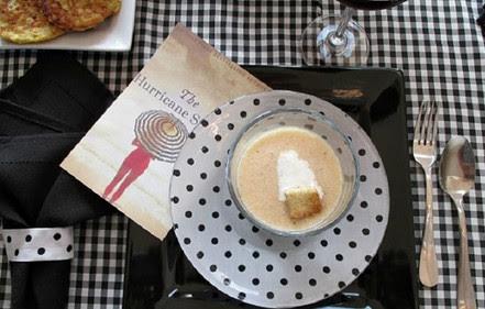 Подруга-мастерица приклеила ткань к обратной стороне блюда… Все домочадцы восхищались результатом!