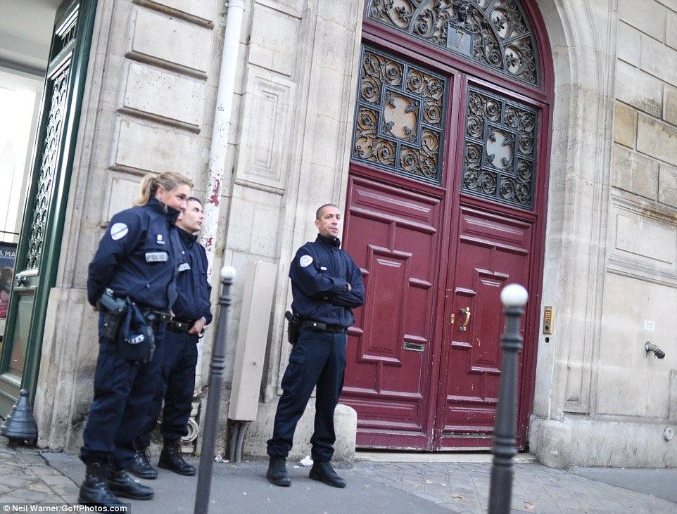 Os agentes de polícia permanecem no prédio de apartamentos em Paris, onde Kim Kardashian foi roubado na segunda-feira de manhã