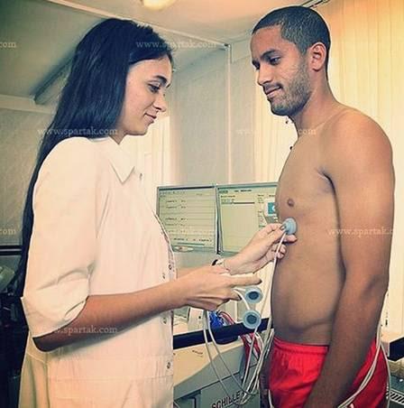 Médica faz exame no volante brasileiro Rômulo, ex-Vasco