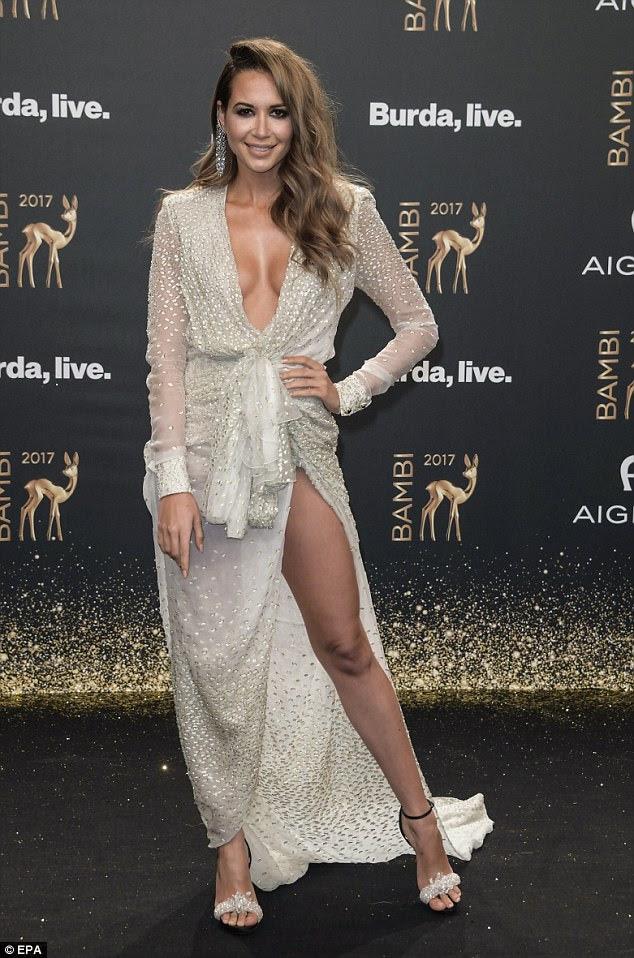 Leggy!  A cantora alemã Mandy Grace Capristo entrou com um vestido branco que mergulhou