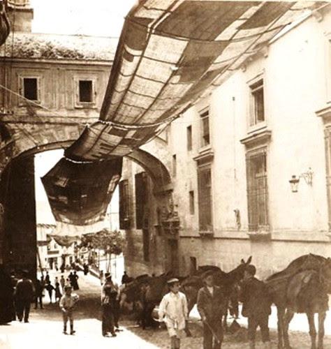 Toldos del Corpus en Arco de Palacio. The Hispanic Society of America. Foto Georgiana Goddard King. 1914-1920