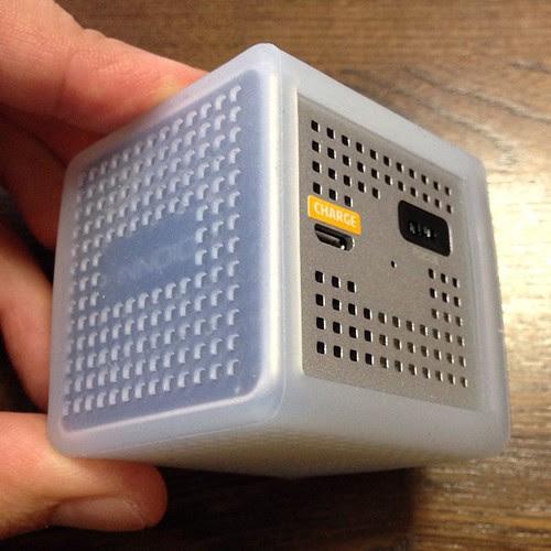 電源スイッチの反対の面にはフォーカス調整のダイヤルと充電用microUSB端子。