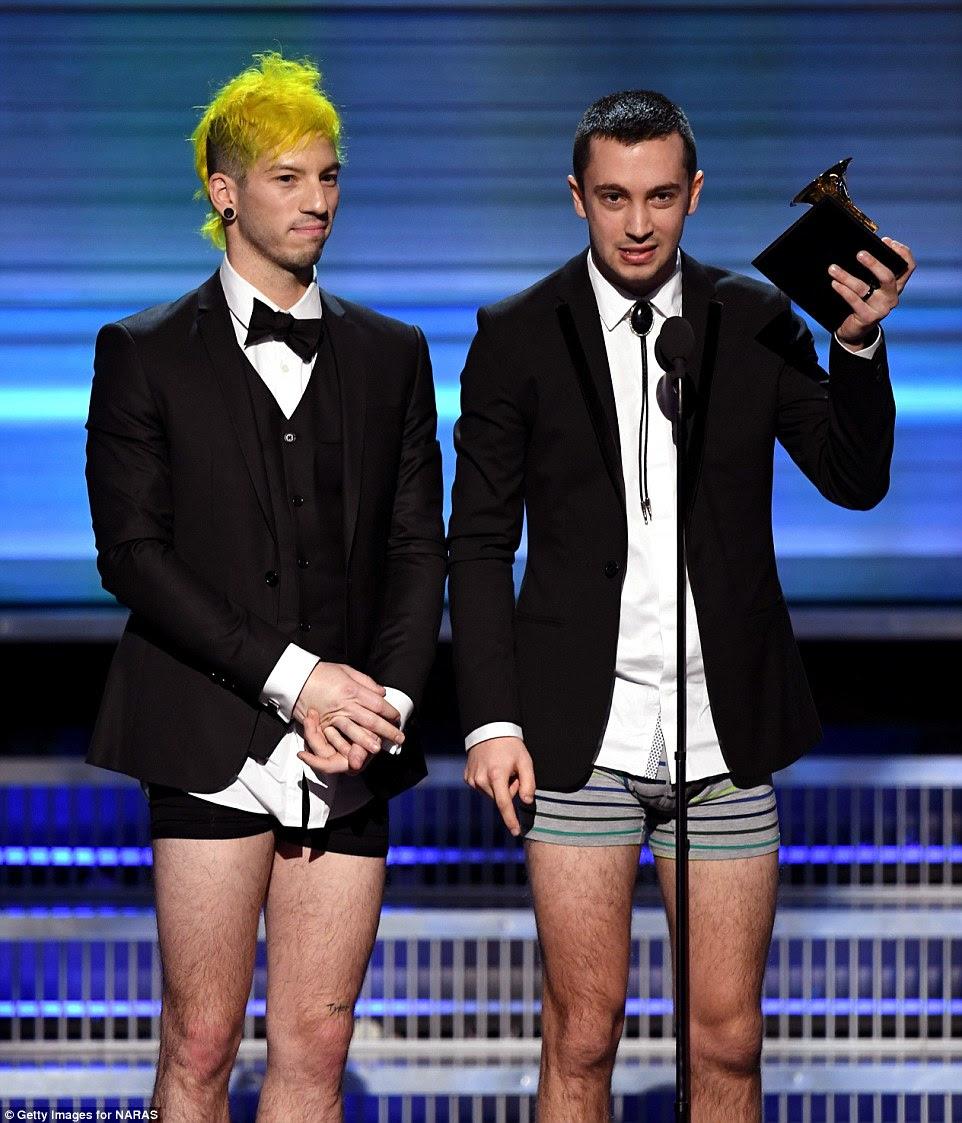 Esquecer algo?  Twenty One Pilots ganhou o melhor desempenho de Duo / Grupo Pop como eles escolheram para aceitar em sua roupa interior