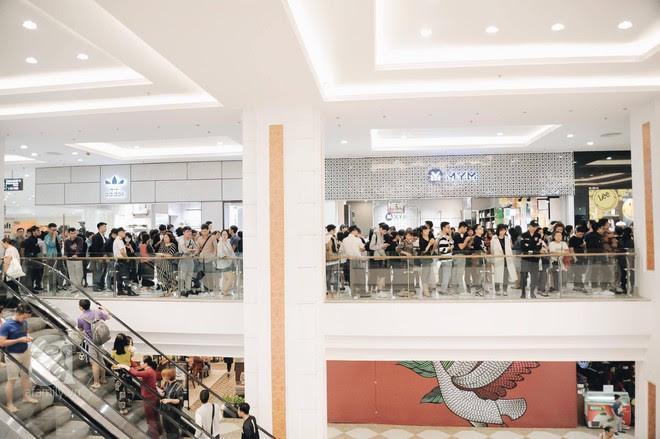 Tới trưa lượng khách vẫn đổ về H&M, quầy thanh toán xếp hàng dài - Ảnh 4.