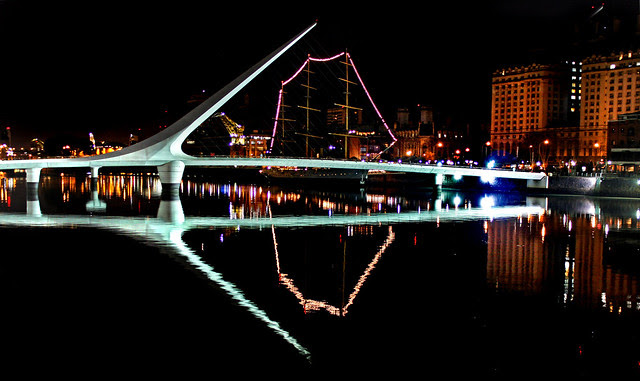 Puente de la mujer y Fragata Libertad