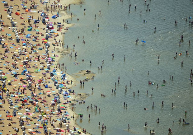 Alemães lotal praia no lago Wannsee neste sábado (4) (Foto: Ralf Hirschberger/DPA/AFP)