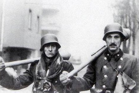 Hungarian infantry with German Panzerfausts
