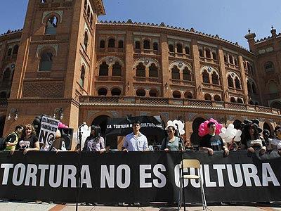 Varios de los asistentes a la concentración en contra de declarar la tauromaquia como Bien de Interés Cultural, convocada hoy en la explanada frente a la plaza de toros de Las Ventas por la plataforma 'La Tortura no es Cultura'. -EFE