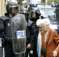 Un grupo de policías vigila la zona de los enfrentamientos. (Foto: Alberto di Lolli)