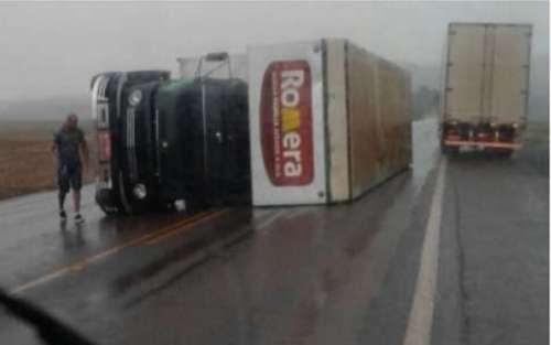 Caminhão tomba na PR 317 com a força do vento