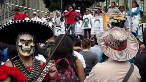 Manifestation en faveur d'Ayotzinapa dans la ville de Mexico, août 2015 © SIPAZ