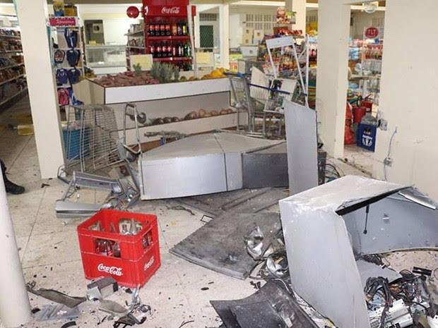 Supermercado também foi alvo dos bandisdos em Tibau (Foto: Marcelino Neto/O Câmera)