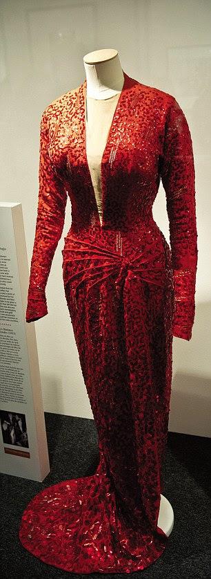 Um vestido vermelho usado por Marilyn está em exposição na galeria