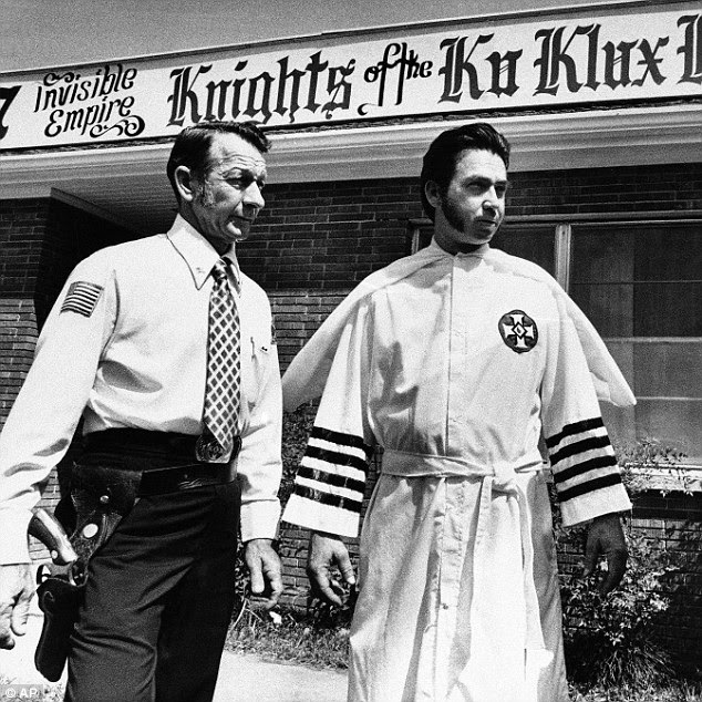 Sede: Bill Wilkinson fue fotografiado en 1976 con un guardaespaldas armado en la sede de su notoria organización en Bogalusa, Louisiana.